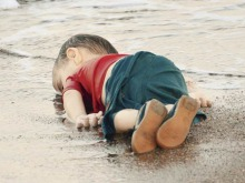 GRAPHIC CONTENTA migrant child's dead body lies off the shores in Bodrum, southern Turkey, on September 2, 2015 after a boat carrying refugees sank while reaching the Greek island of Kos. Thousands of refugees and migrants arrived in Athens on September 2, as Greek ministers held talks on the crisis, with Europe struggling to cope with the huge influx fleeing war and repression in the Middle East and Africa. AFP PHOTO / DOGAN NEWS AGENCY= TURKEY OUT =